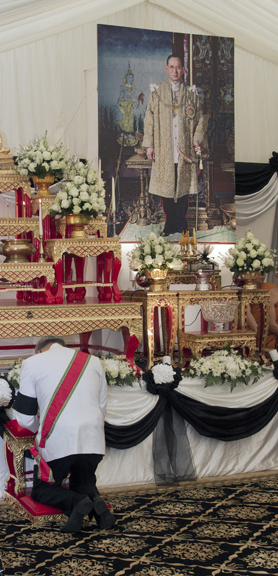 His Execellency Pisanu Suvanajata pays respect to His Majesty.
